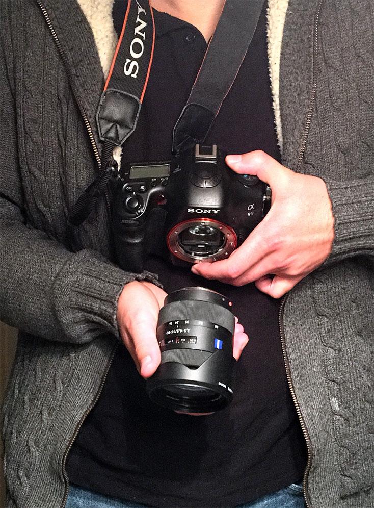 Kamera beim Objektivwechsel richtig halten